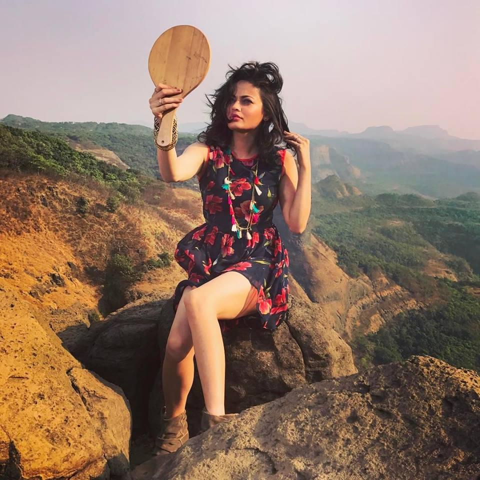 Sneha Ullal Sexy Thigh Pics Download