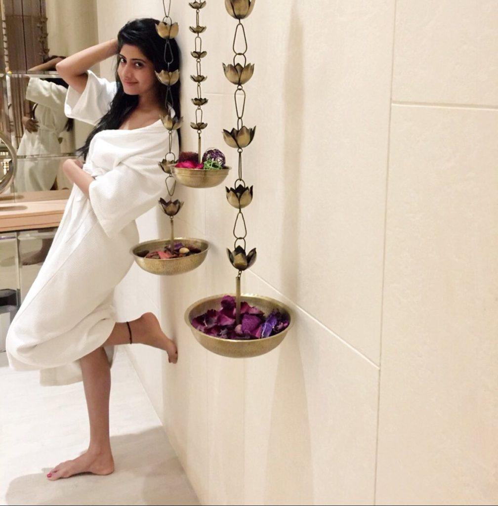 Vindhya Tiwari Sexy Legs Pics