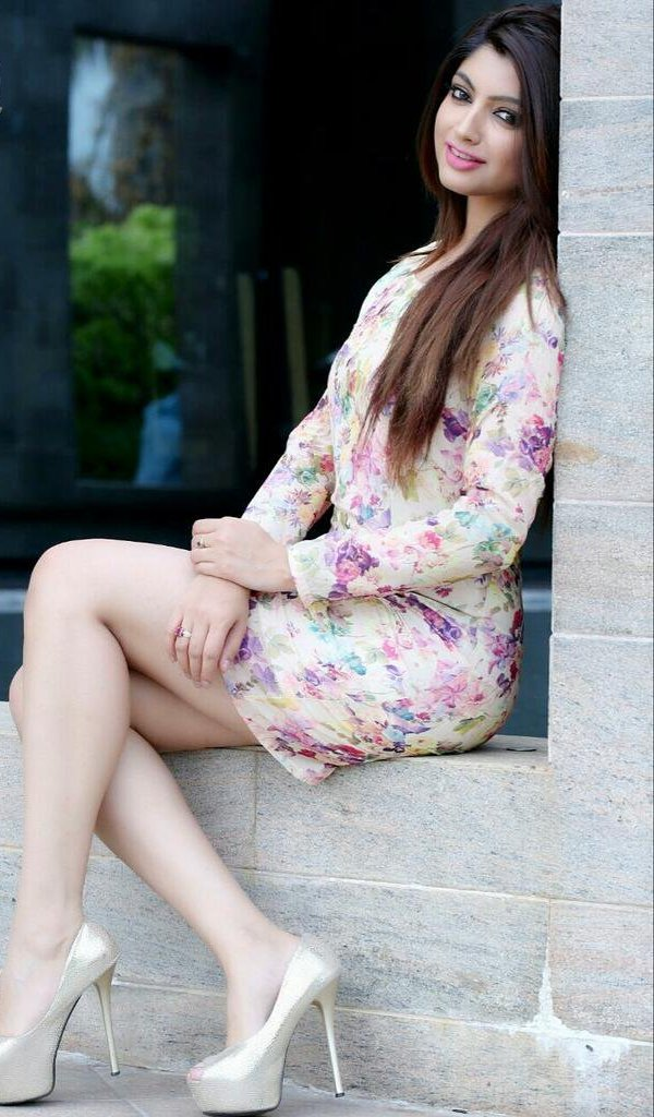 Akanksha Puri Hot & Sexy Legs Pics