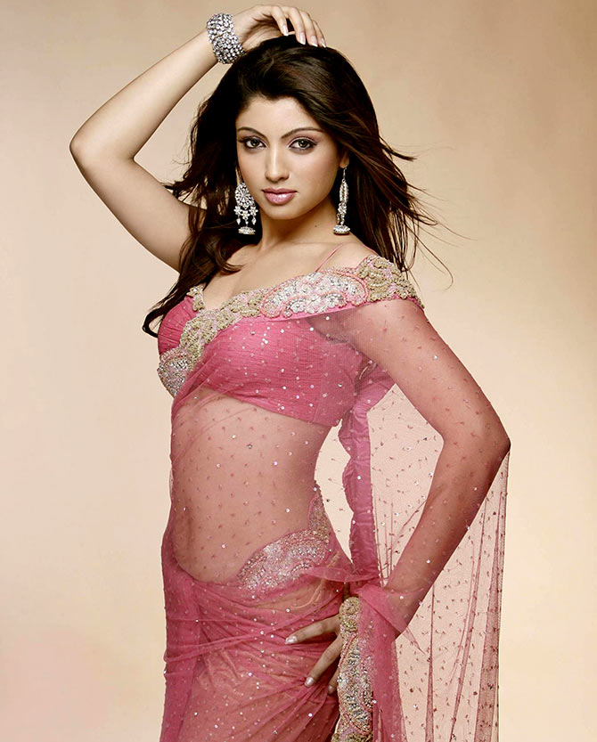Akanksha Puri Hot Spicy Navel Pics In Saree