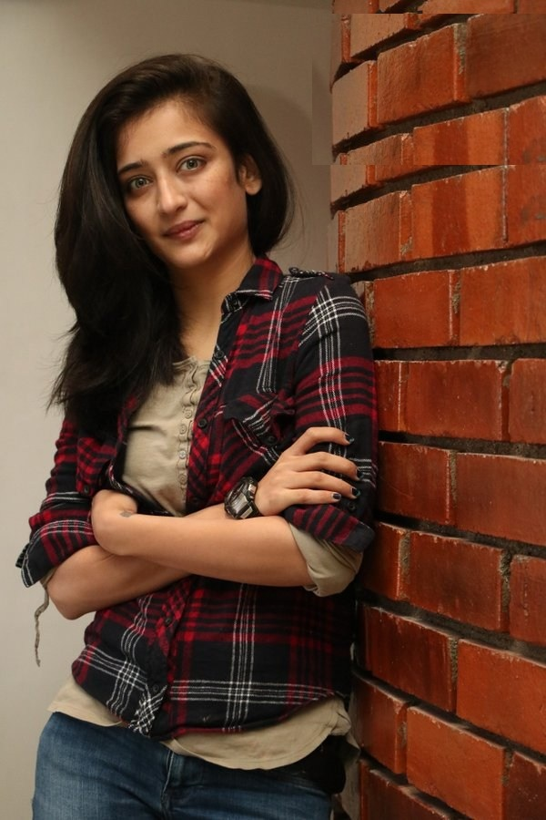 Akshara Haasan Hot Images In Jeans Top