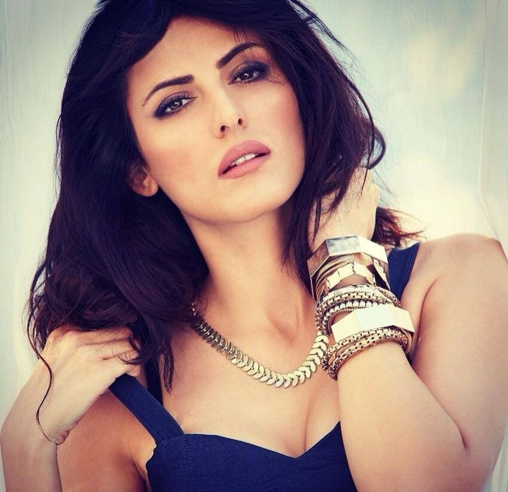 Mandana Karimi HD Sexy Photoshoot In Bra