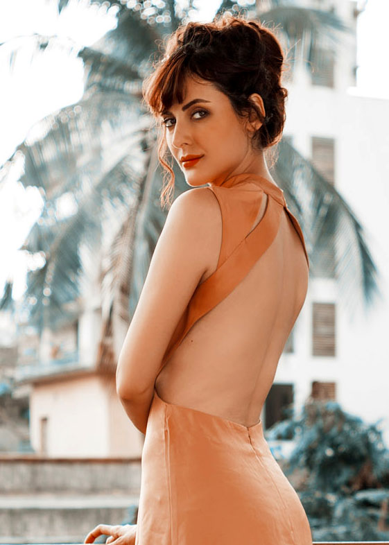 Mandana Karimi Hot Look In Backless Clothes