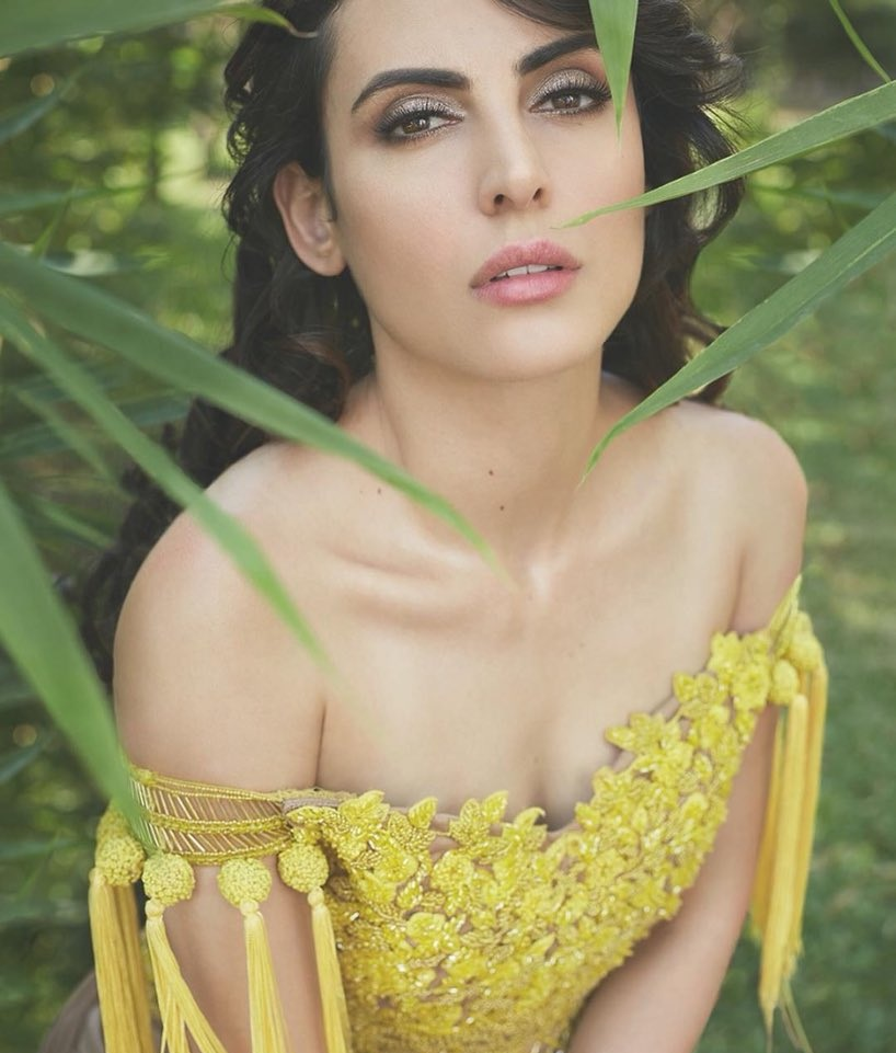 Mandana Karimi Hot Pics In Backless Clothes