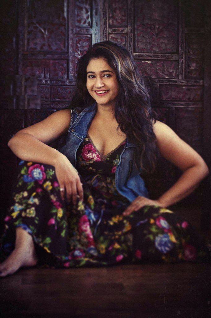 Poonam Bajwa HD Sexy Pics In Short Clothes
