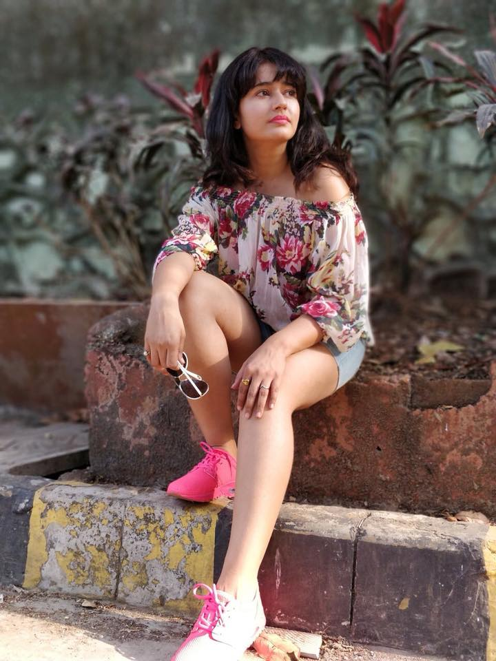 Poonam Bajwa Sexy Legs Pictures