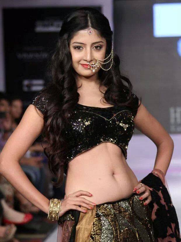 Poonam Kaur Hot & Spicy Navel Pics At Rampwalk