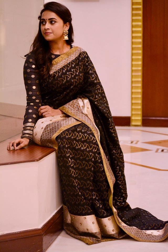 Sri Divya HD Pics In Saree