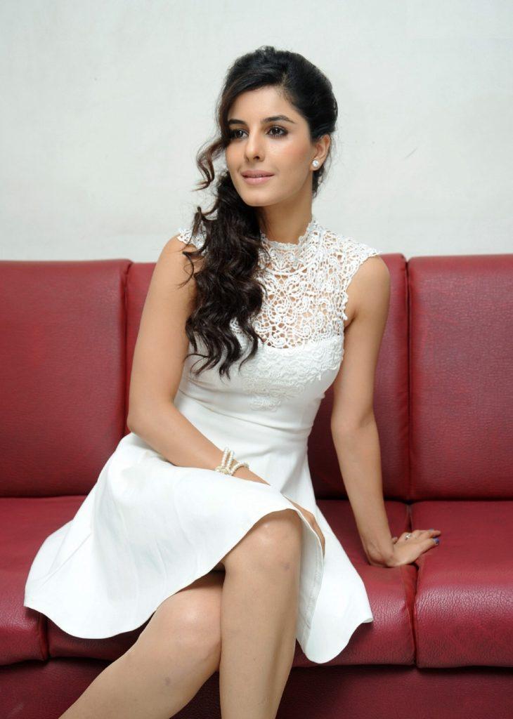 Isha Talwar Hot HD Sexy Legs Pics