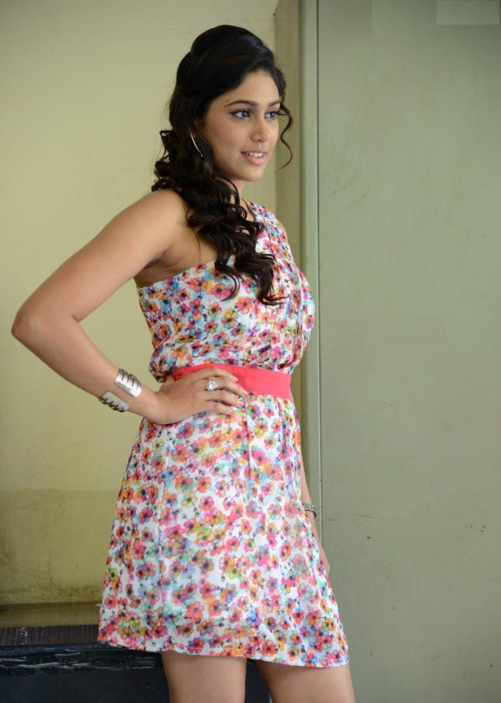 Manisha Yadav Hot HD Sexy Wallpapers In Shorts