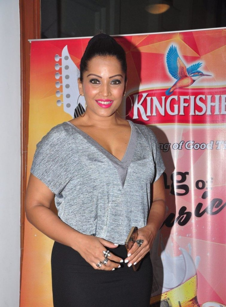 Meghna Naidu Hot Photos In Jeans Top