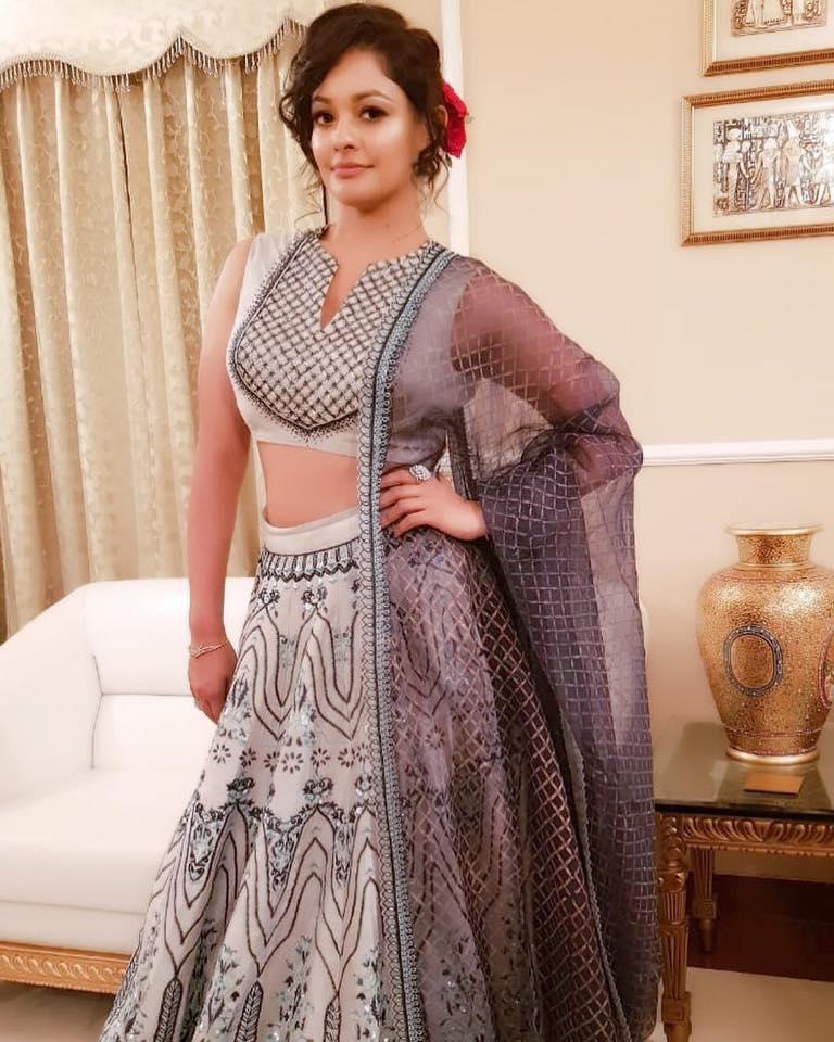Pooja Kumar Spicy Navel Photos In Saree