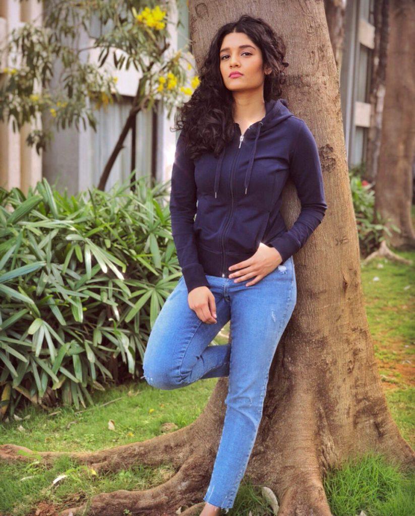 Ritika Singh Sexy Legs Pics Gallery