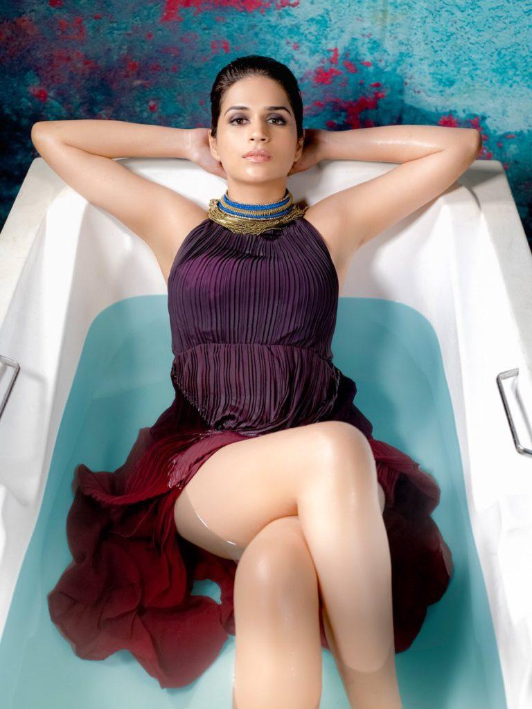 Shraddha Das Sexy Thigh Pics