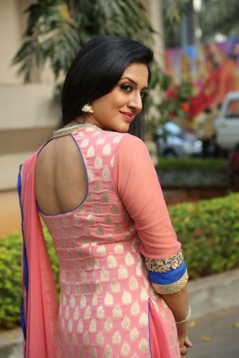Vimala Raman Hot Pics In Backless Photos