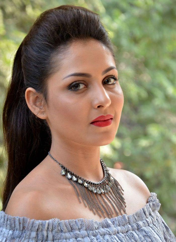 Madhu Shalini HD Sexy Images