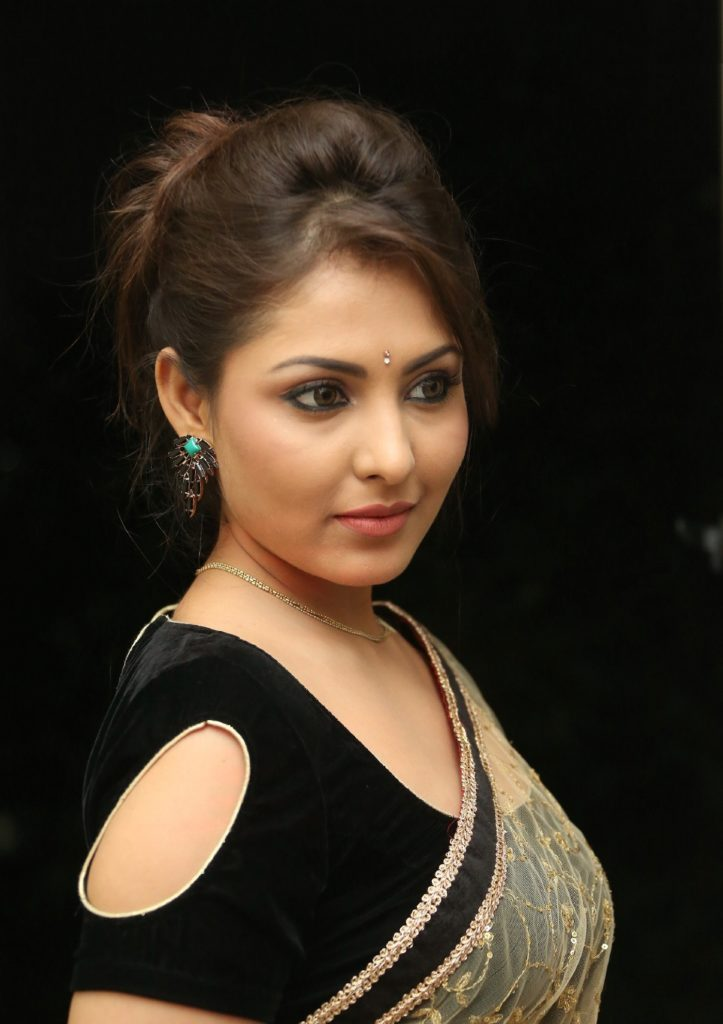 Madhu Shalini In Saree Wallpapers
