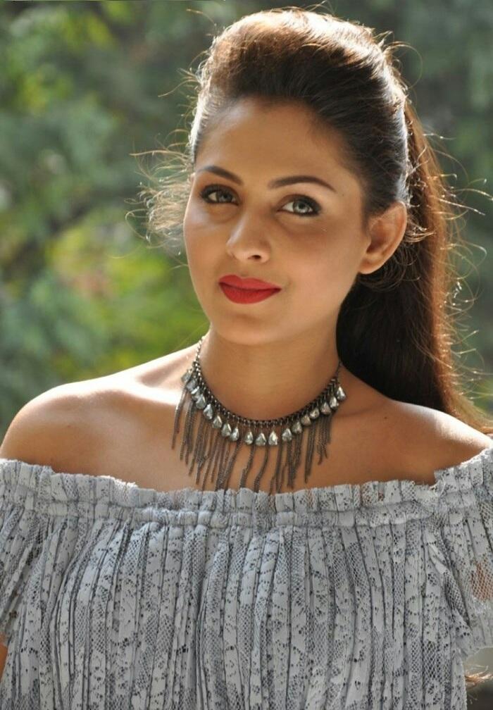 Madhu Shalini New Hair Style Pics