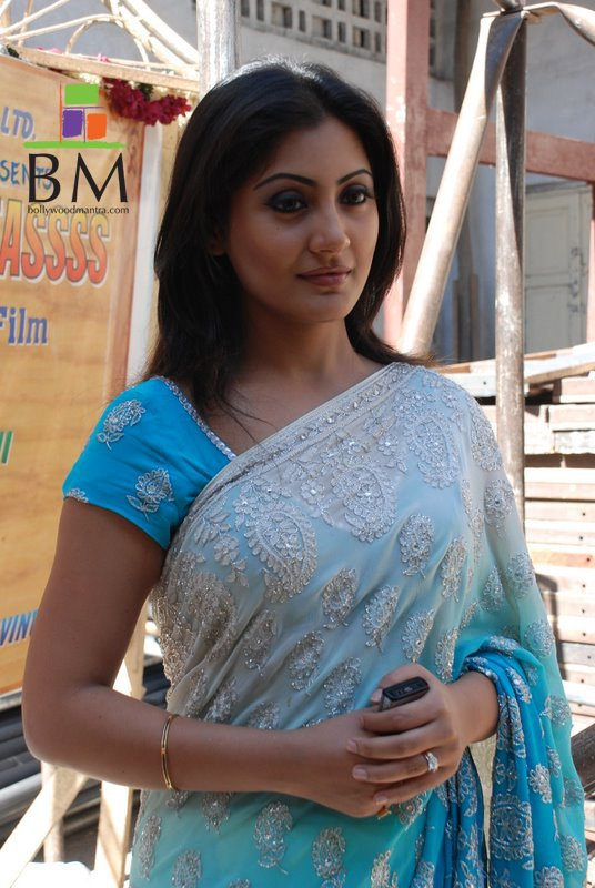 Rimi Sen In Saree Wallpapers