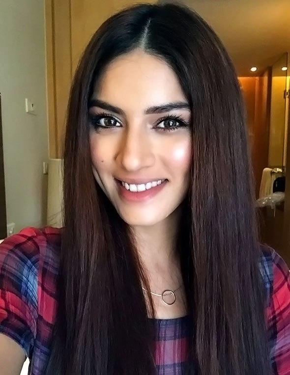 Sapna Pabbi Cute Smiling Images