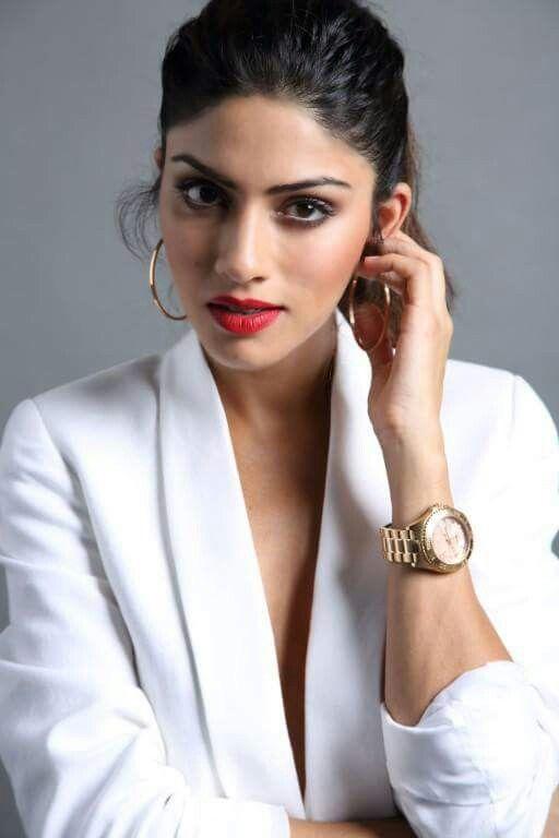 Sapna Pabbi HD Pics Gallery