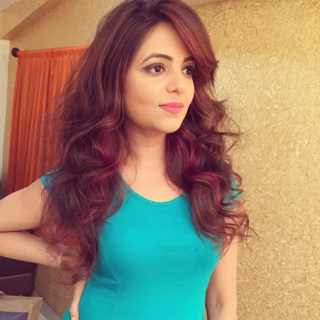 Sugandha Mishra Hair Style Pictures