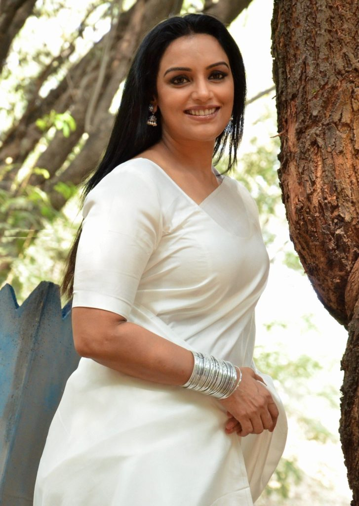 Swetha Menon Hot Images In White Saree