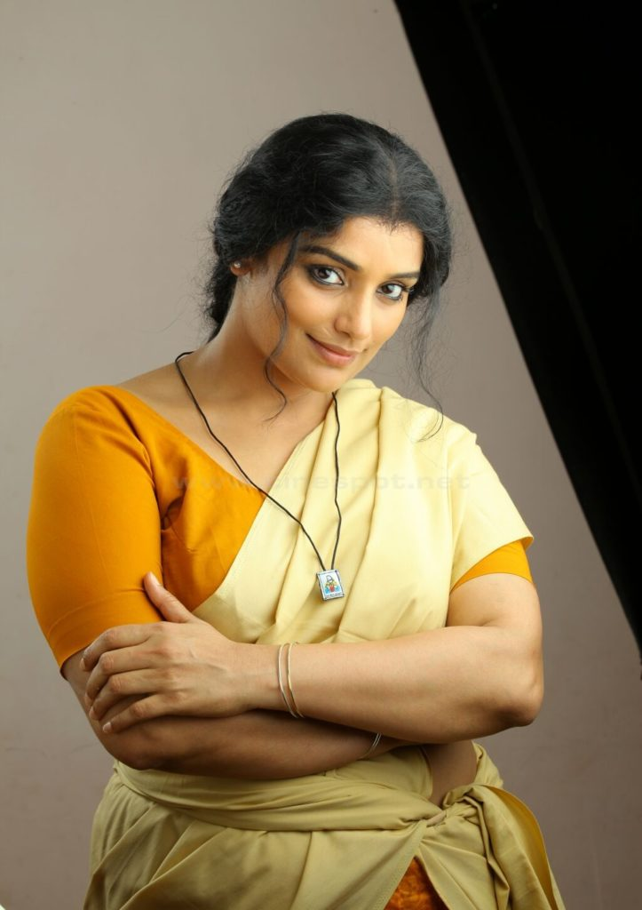 Swetha Menon Hot Images Saree Wallpapers