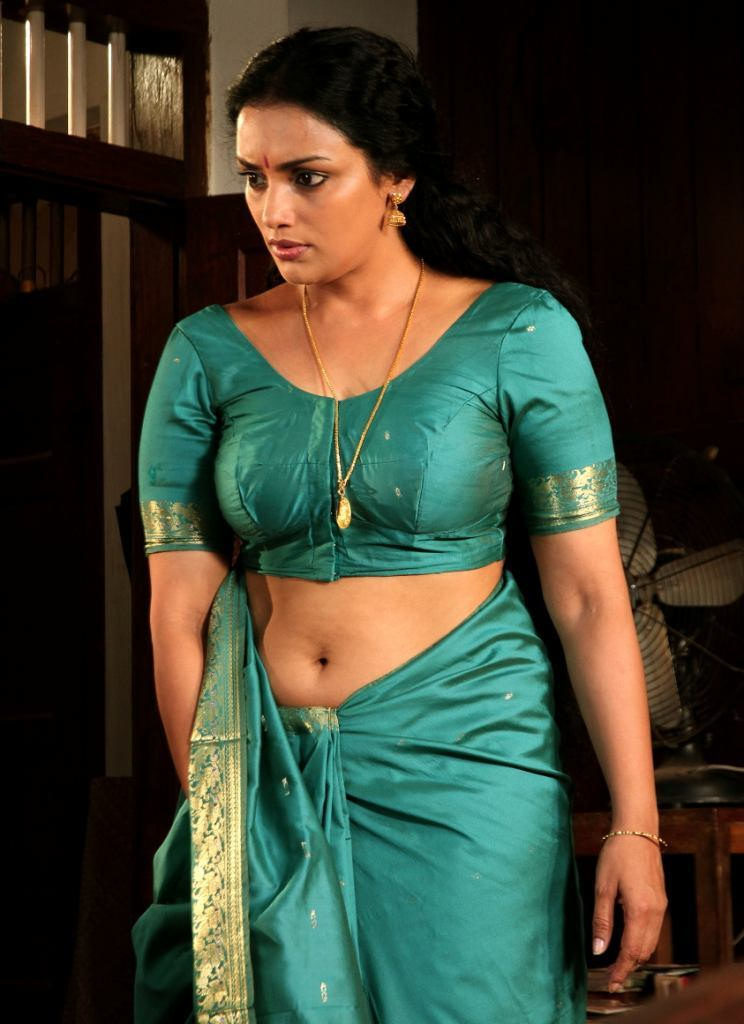 Swetha Menon Spicy Navel Pics In Saree