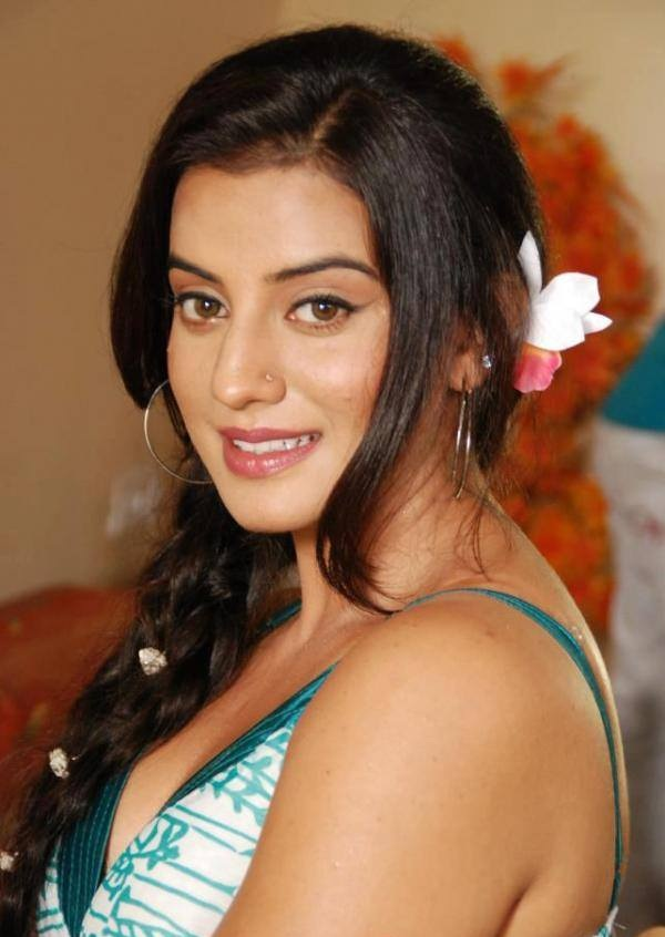 Akshara Singh Hot In Offsholer Photos