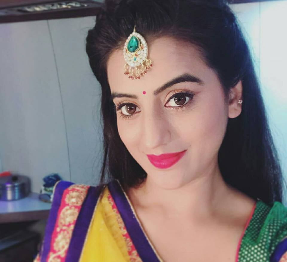 Akshara Singh Sexy Eyes Photos