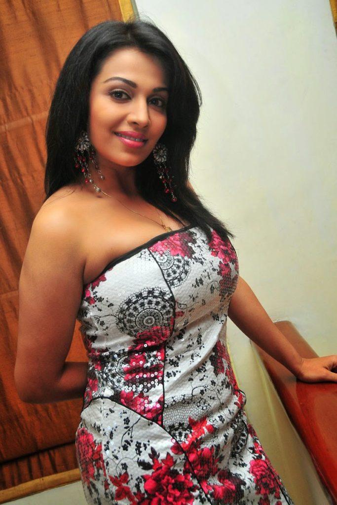 Asha Saini New Hair Style Photos