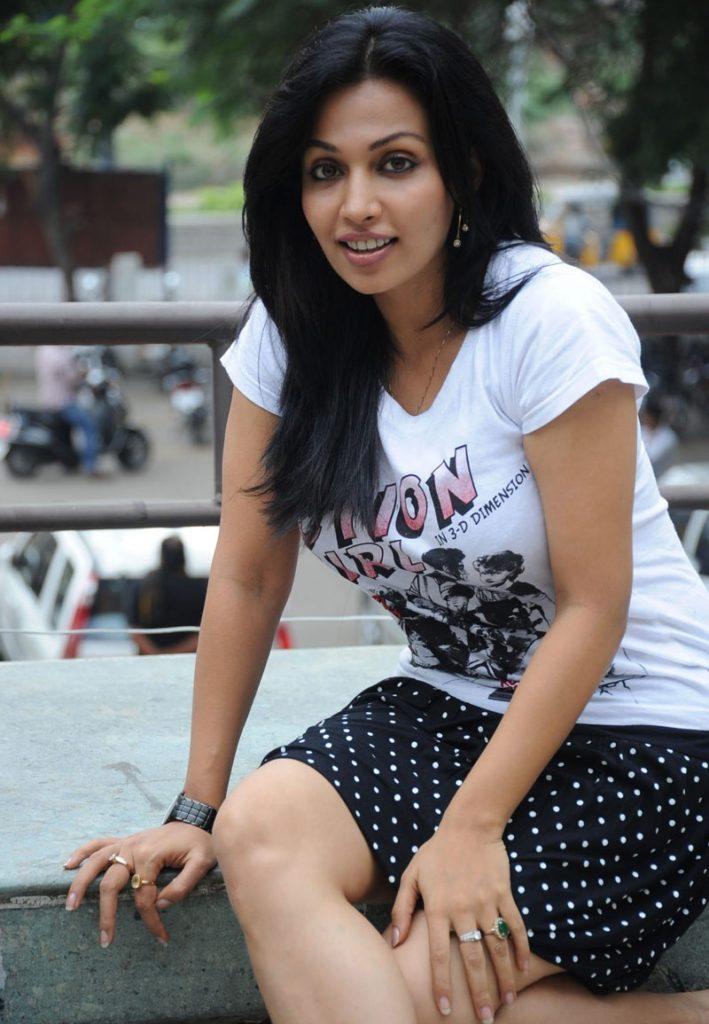 Asha Saini Sexy Legs Photos
