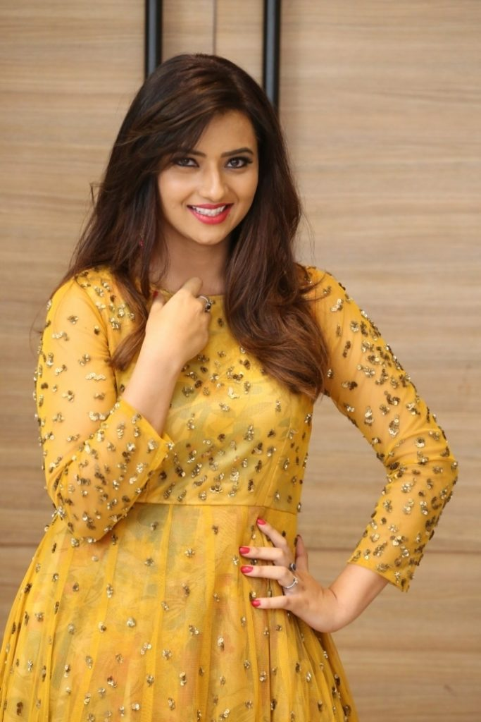 Isha Chawla Hot HD Pics In Yellow Clothes