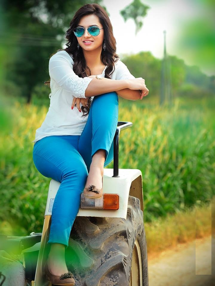 Isha Chawla In Jeans Top Images