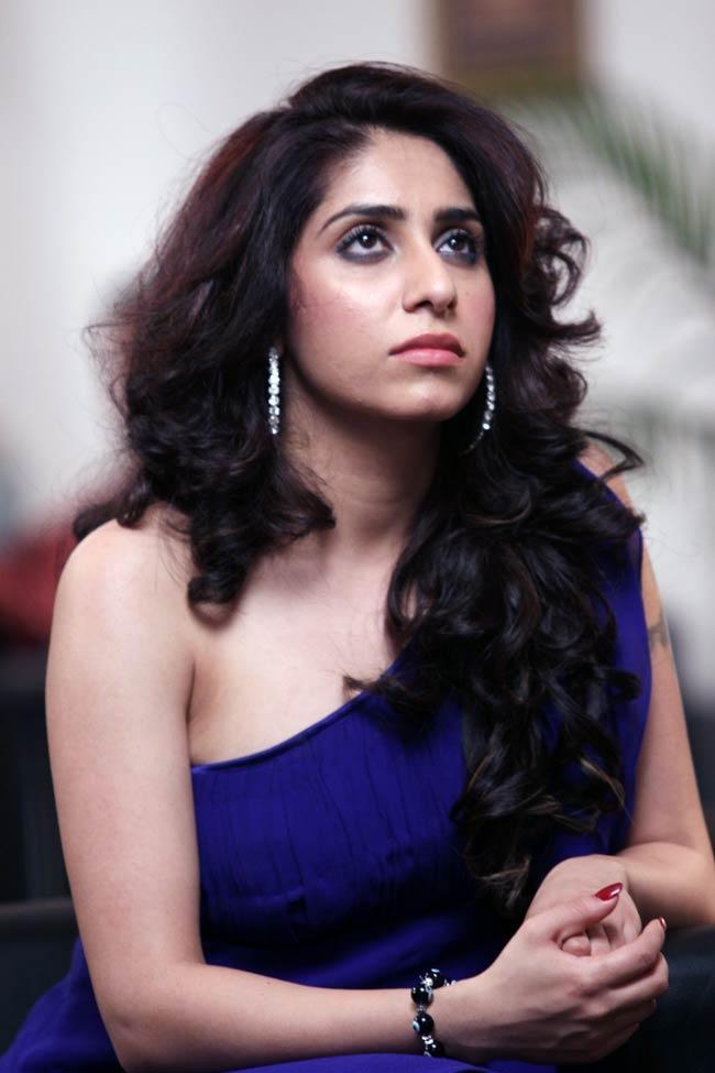 Neha Bhasin Latest Hair Style Pics