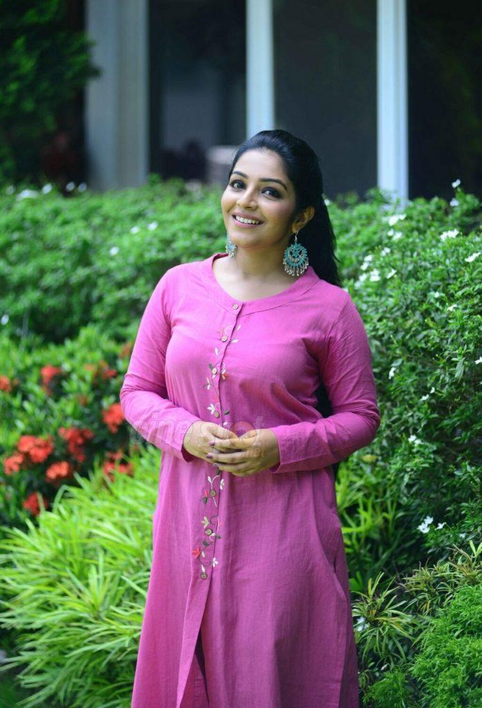 Rajisha Vijayan HD Pics In Pink Suit