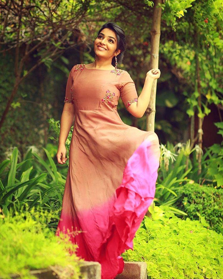 Rajisha Vijayan HD Sexy Pics In Garden