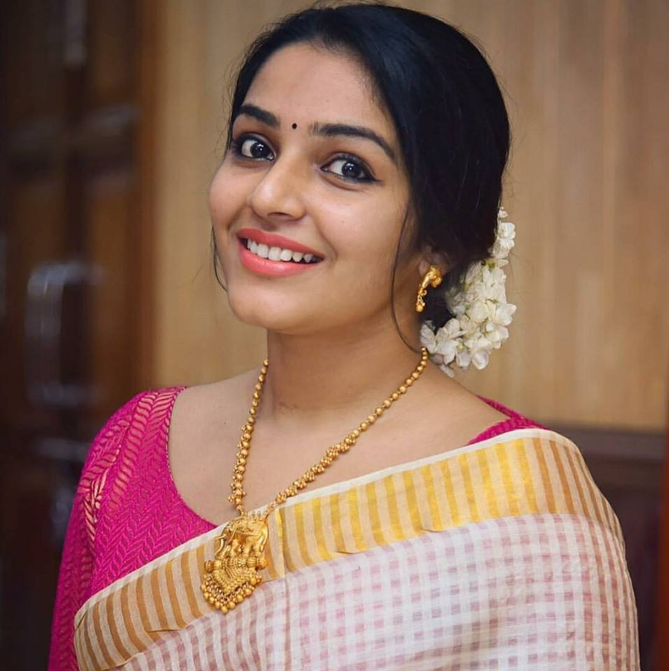 Rajisha Vijayan In Saree Cute Smile Pics