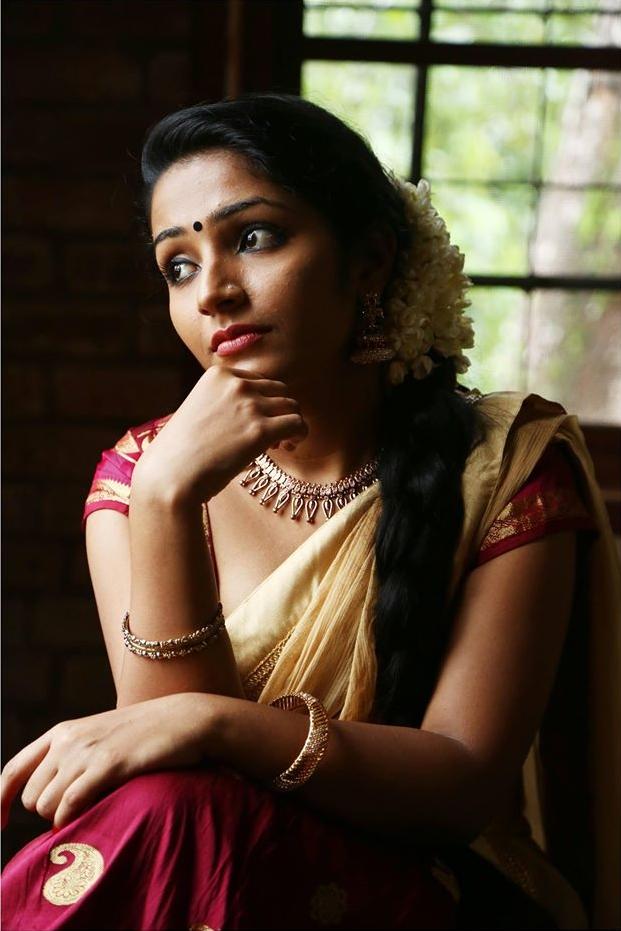 Rajisha Vijayan In Saree Picutres Download