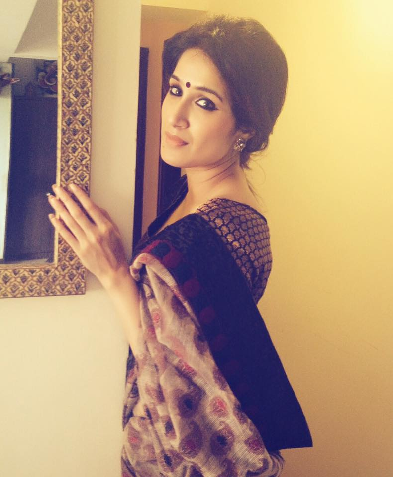 Sagarika Ghatge Sexy Pics In Saree