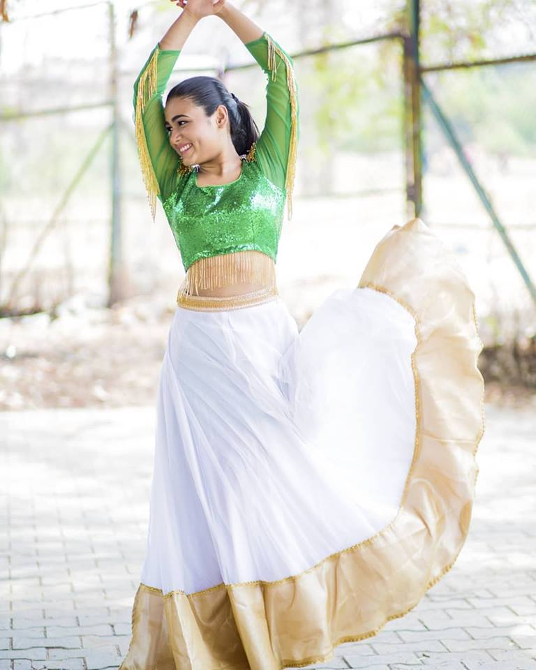Shalini Pandey Navel Photos In Gagra Choli