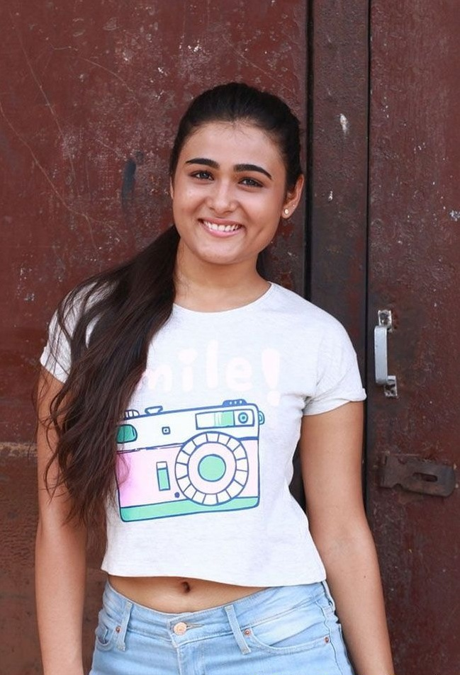 Shalini Pandey Navel Pics In Jeans Top Photos