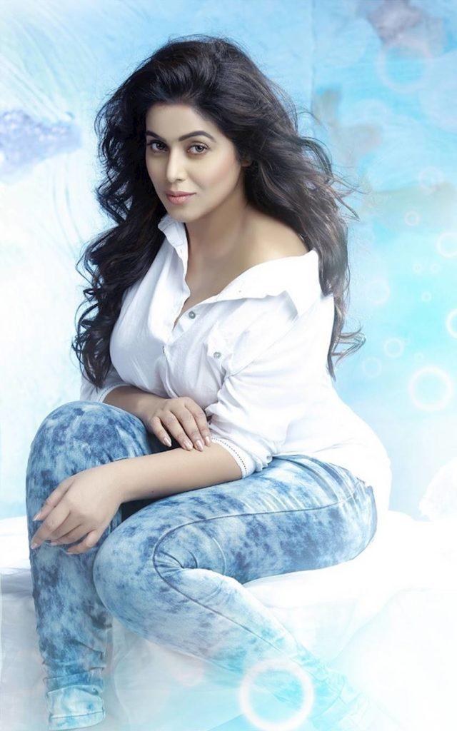 Shamna Kasim In Jeans Top Pics
