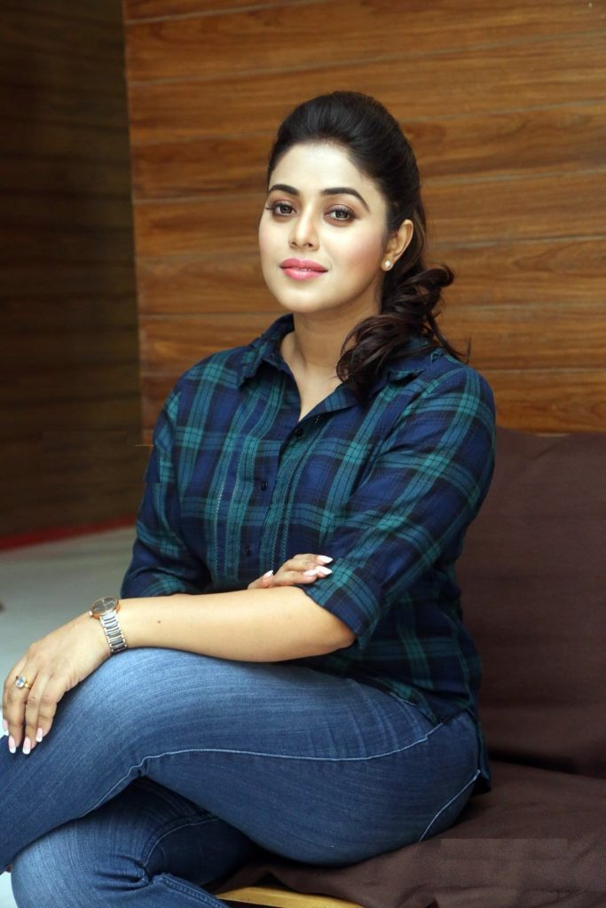 Shamna Kasim In Jeans Top Wallpapers