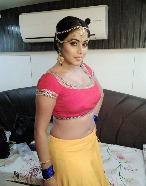Shamna Kasim Navel Pics In Bra