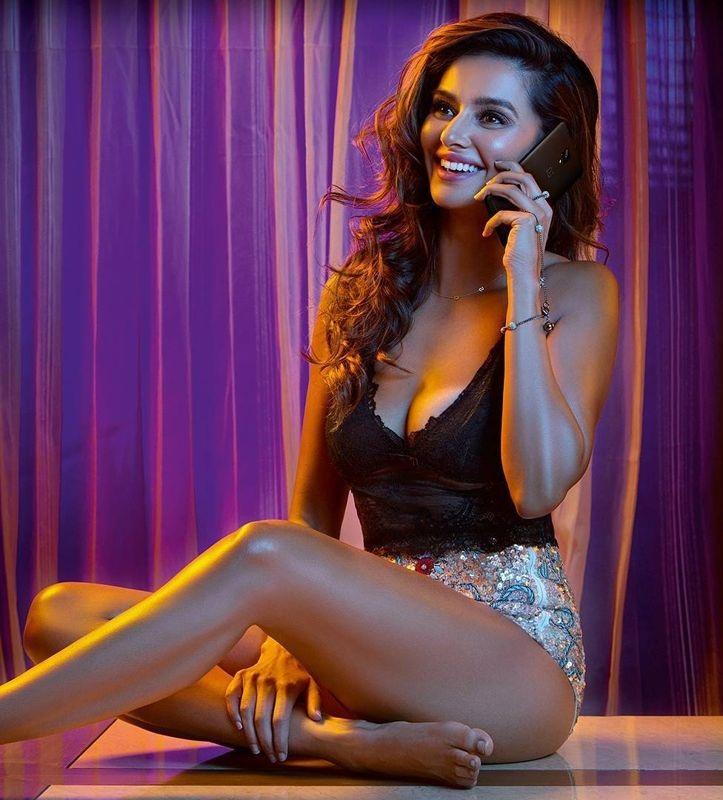 Shibani Dandekar In Bikini Bold Wallpapers