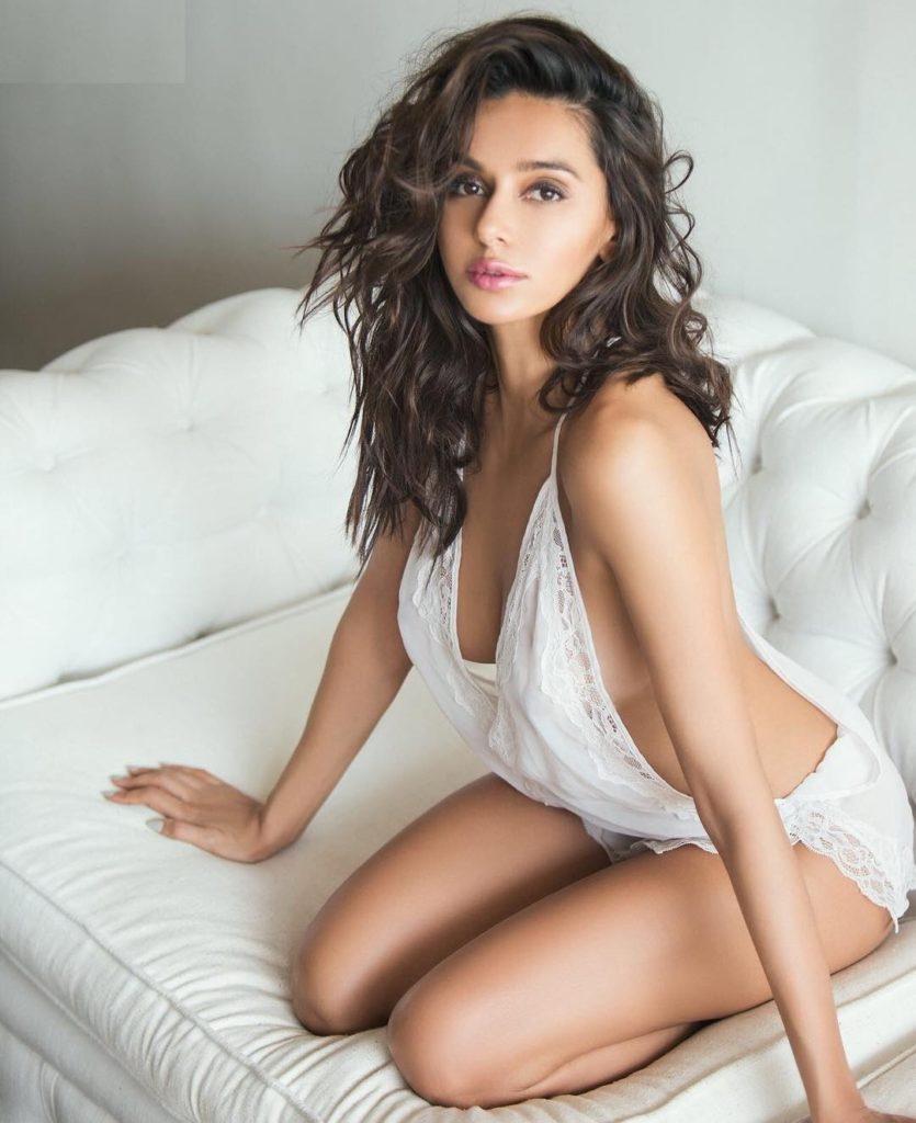 Shibani Dandekar Sexy Pictures In Shorts