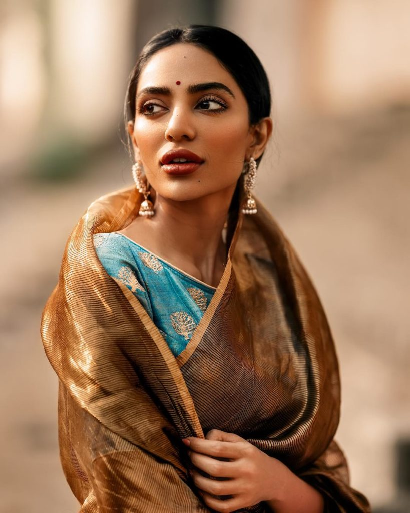 Sobhita Dhulipala Hot In Saree Pictures