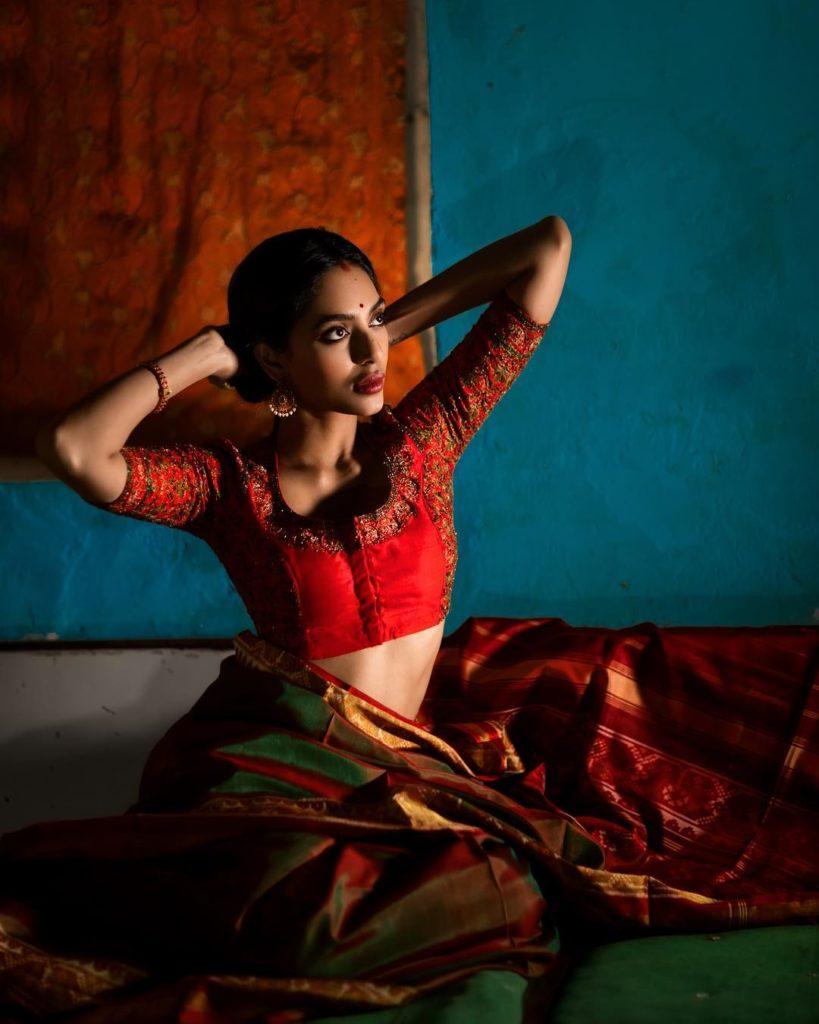 Sobhita Dhulipala Navel Pics Download
